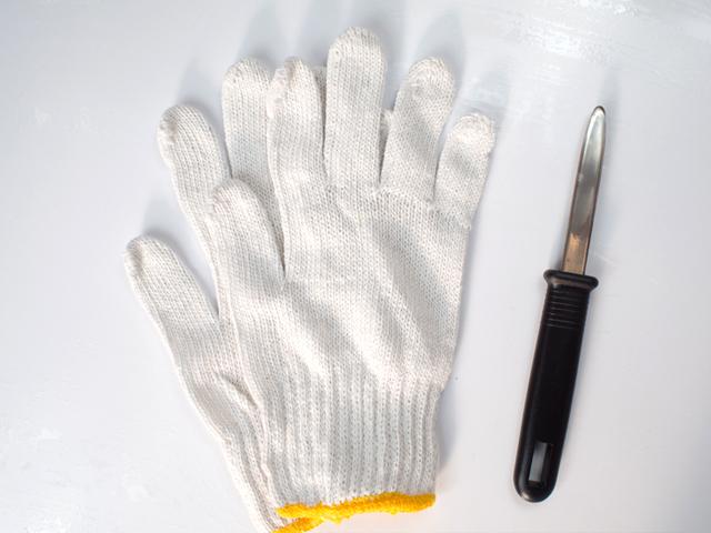 手袋2つ、牡蠣ナイフを同梱しています